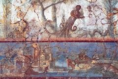 Fresque antique sur le mur des figures mythologiques à Pompeii photographie stock libre de droits