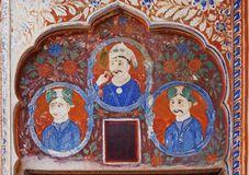 Fresque naïf avec trois hommes d'affaires indiens sur le fond du mur historique de l'Inde photographie stock libre de droits