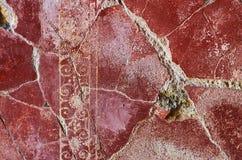 Fresque peint rouge fendu Pompeii, Italie de mur photos libres de droits