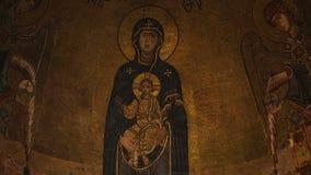 Fresques et mosaïques antiques fantastiques sur des murs à l'intérieur d'église dans Kutaisi la Géorgie banque de vidéos