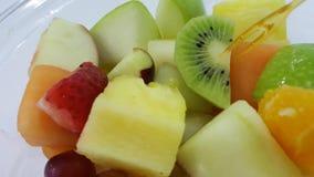 Fress在白色桌上的水果沙拉 库存照片