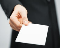 Manen passar in den hållande kreditkorten Arkivfoton