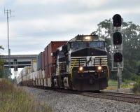 Fret containerisé de la Norfolk de tractions du sud simples de locomotive images stock