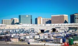 Fret et cargaison étant préparés pour le vol à l'aéroport international LAX de Los Angeles Image libre de droits