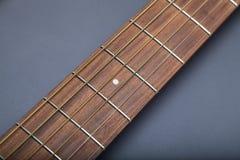 Fretboard auf Akustikgitarre-Nahaufnahme auf fünftem Gitterwerk Lizenzfreies Stockfoto