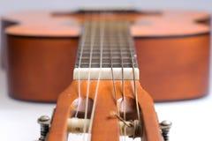 Fretboard av den gamla klassiska gitarren royaltyfri bild