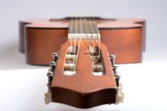 Fretboard av den gamla klassiska gitarren arkivfoton