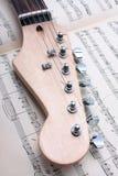 Fretboard de la guitarra eléctrica y hoja de música foto de archivo libre de regalías