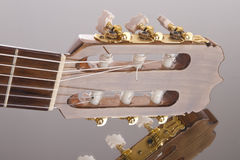 Fretboard della chitarra sulla superficie dello specchio Fotografie Stock Libere da Diritti