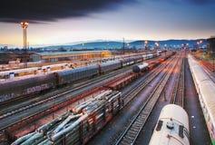Frete do trem - transporte da carga na estrada de ferro - plataforma no ni Foto de Stock Royalty Free