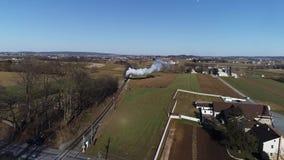 Frete do vapor e trem combinado do passageiro como visto por um zang?o em Sunny Winter Day vídeos de arquivo