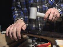 Frettes d'installation sur le col de guitare photographie stock
