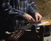 Frettes d'installation sur le col de guitare image libre de droits