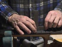 Frettes d'installation sur le col de la guitare images libres de droits