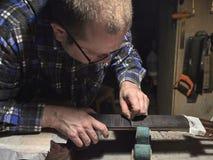 Frettes d'installation sur le col de la guitare photos libres de droits