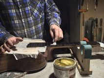 Frettes d'installation sur le col de la guitare photographie stock libre de droits