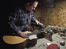 Frettes d'installation sur le col de la guitare image stock
