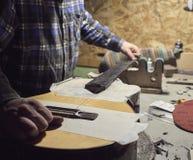 Frettes d'installation sur le col de la guitare photo libre de droits