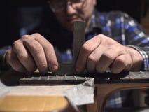 Frettes d'installation sur le col de la guitare image libre de droits
