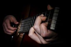 Frettes de doigts d'acoustique de guitare images stock