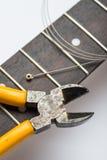 Frettes de guitare avec de la ficelle et les pinces jaunes photographie stock libre de droits