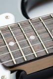 Frettes de guitare avec des ficelles photographie stock libre de droits