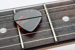 Frettes de guitare avec des ficelles et le médiateur images stock