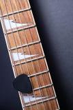 Frettes de guitare avec des ficelles et m?diateur sur l'obscurit? photos libres de droits