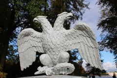 Fretwork в форме двуглавого орла на обнесет забором парк на острове Krestovsky стоковое фото rf