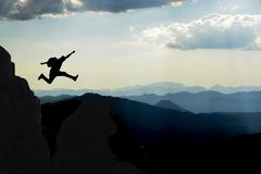 Freude am Erreichen des Gipfels der Berge und der Zustände des Energiebergsteigers lizenzfreies stockfoto