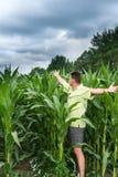 Freude für das gesunde Wachstum von Mais Lizenzfreie Stockfotos