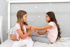 Freude und Glück Konzept des gutenmorgens Kindernettes Spielschlafzimmer Großer Tagesbeginn Glückliche Kindheitsmomente stockbilder