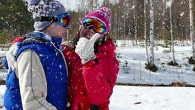 Freude und Liebe auf Skifahren stock video