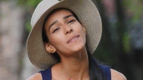 Freudig erregt jugendlich Mädchen-lächelnder tragender Hut stock video