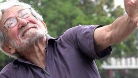 Freudig erregt und glücklicher Mann im Ruhestand stock video footage