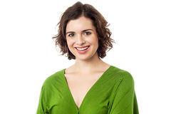 Freudige junge kaukasische Dame in modischem zufälligem Lizenzfreie Stockfotos