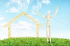 Freudiger Mann und ein Haus im Freien Lizenzfreie Stockfotografie