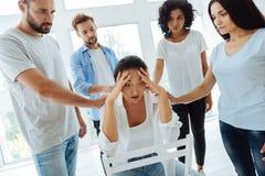 Freudlose deprimierte Frau, die Kopfschmerzen hat Stockbilder