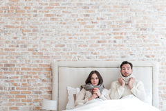 Freudlose deprimierte Paare, die zusammen unter Grippe leiden Stockbild