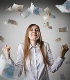 freuen Frau im Weiß und im Euro Stockbilder