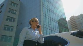Freuende Förderung extrem glücklicher Dame oder erfolgreicher Vertrag durch Smartphone stock video footage