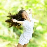 Freuende glückliche Frau in der Fliegenbewegung stockfotos