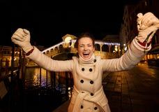 Freuende Zeit Ausgabe der jungen Frau Weihnachtsin Venedig, Italien Lizenzfreies Stockfoto