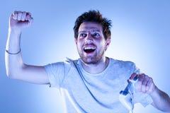 Freuender Mann mit Gamepad Stockbild