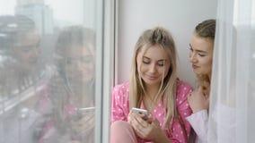 Freund bff Freizeitjugendlichen, die Telefon grasen lizenzfreies stockbild