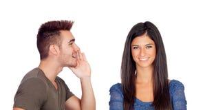 Freund, der ein Geheimnis seine Freundin spricht Stockbilder