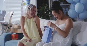 Freund, der der schwangeren Mutter Geschenk gibt stock video footage