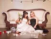 Freund entsetzt von der unglücklichen Braut lizenzfreie stockbilder