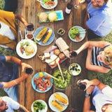 Freund-Freundschafts-Speisen im Freien, Konzept heraus hängend Lizenzfreies Stockbild