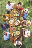 Freund-Freundschafts-Speisen im Freien, Konzept heraus hängend Stockfotos